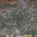 ВИДЕО: Неверојатна сцена на литургија во Подгорица - собраните луѓе запалиле светла и покажале колку ги има