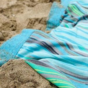 ВИДЕО: Супер трик како голем пешкир да замотате за на плажа - ќе ви биде олеснување ова лето