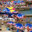 """Најлудата заштита од сонцето """"патентирана"""" во Црна Гора – сите му се смеат што вака се сонча"""