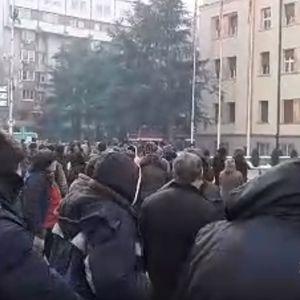ВО ЖИВО: Протест на пазарџиите пред Собранието