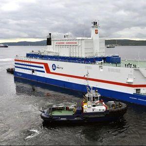 Првата во светот пловечка нуклеарка пристигна до рускиот Арктик