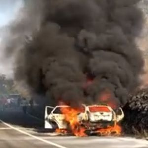 За малку ќе изгореа живи: Целосно изгоре автомобил во кој имаше брачен пар со деца
