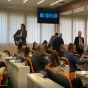 Budva: Sjednica nije održana zbog napuštanja odbornika opozicije, došlo do fizičkog sukoba Džakovića i Dimića