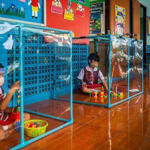 Најстрогите светски училишни социјални дистанци: Тајландските градинки се запечатени во кутии за време на наставата