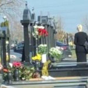 (Видео) Карлеуша го исчисти овенатото цевќе, скршена на гробот на својата мајка