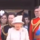 Хари ѝ дава знак на Меган да биде мирна за време на интонирањето на химната