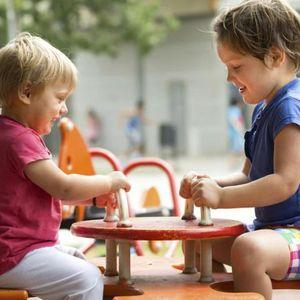 Што треба да знаете пред да им дозволите на постарите деца да ги чуваат помладите
