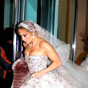 Џеј Ло во невестински фустан прошета среде Менхетен