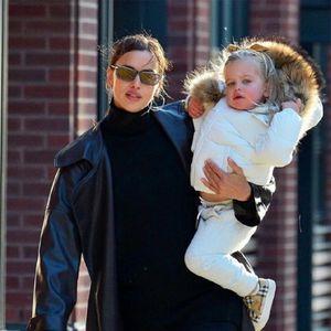 Ирина Шајк со ќерката Леа на прошетка низ студениот Њујорк