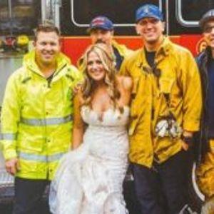 Пожарникари ѝ помогнаа на невестата да стигне на венчавката