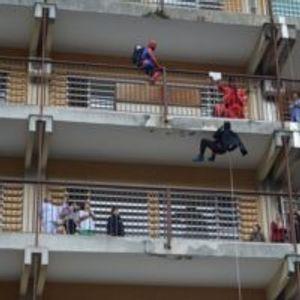 Суперхероите на прозорецот: Предновогодишна радост за болните деца на Клиниката во Скопје
