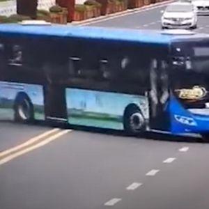 Автобус излета во езеро, камерите снимија страшна несреќа во Кина