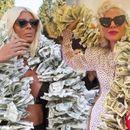 Лејди Гага ме копира, се фали Карлеуша, откако светската пејачката облече стар фустан со лажни долари