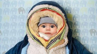 Како да го облекувате бебето во зима за да не се разболува