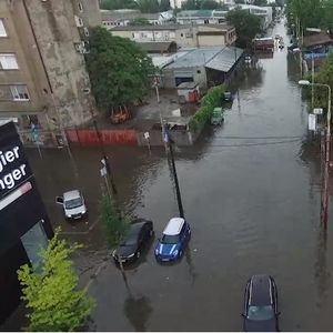 Ужасна глетка од денешните обилни врнежи во Белград, пливаа автомобили, деца паѓаа, а асфалтот се кршеше