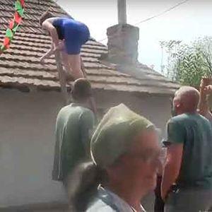 Оваа кума не е за дома: Се качи на кровот и ги шокираше сите…