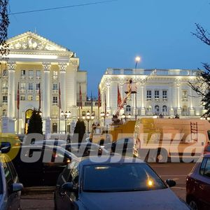 Хаос пред Влада, Скопје се кити новогодишно во најголемата сообраќајна гужва