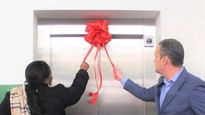 Златко Марин пушти лифт за лица со попреченост со панделка