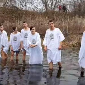 """Вода до глуждови: Вака се """"фрлаа"""" по крстот во Владиевци"""