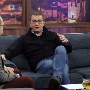 Мицкоски читаше лоши твитови и играше фудбалче, но зборуваше и за Трајковски, Преспански, Груевски…