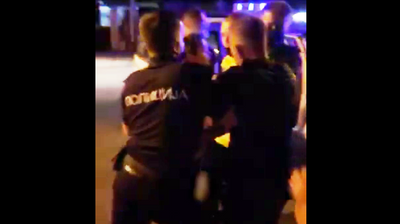 Полициска бруталност во Скопје: Полицајци пцујат и клоцаат граѓани и со колено в глава ги гмечат на земја