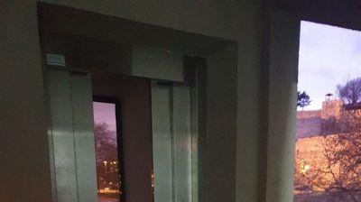 """Расипаниот лифт во катната гаража """"Смилевски конгрес"""" се уште е ризик за граѓаните, не е затворен ниту означен"""