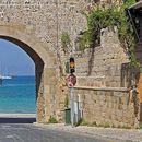 Не патувајте на грчките острови Миконос, Санторини и Родос поради ширењето на коронавирусот