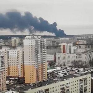 OGROMAN POŽAR U RUSIJI! Gori fabrika boja i lakova, 70 vatrogasaca izvlači povređene i bori se sa vatrenom stihijom