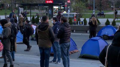 "Frilenseri i dalje ""kampuju"" ispred Skupštine, oko podneva protest"