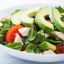 Salata sa piletinom, avokadom i breskvom