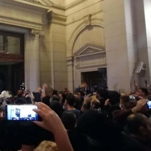 Демонстранти упаднаа во зградата на српскиот парламент по најавата на Вучиќ дека ќе врати полициски час
