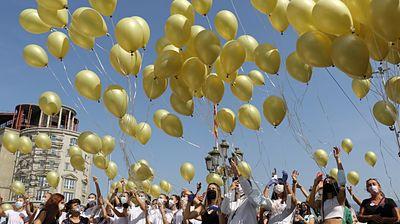500 златни балони летнаа на плоштад Македонија за поддршка на децата болни од рак