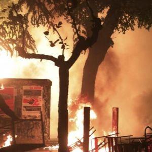 Хаос во центарот на Атина: Демонстрантите запалија американско знаме и удрија со камења по полицијата
