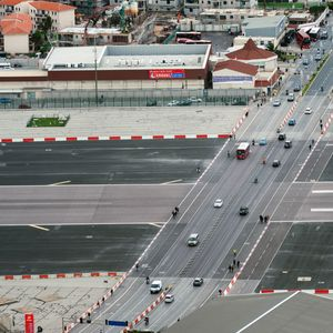 По авио-пистата возат автомобили, полетуваат и слетуваат авиони - погледнете како изгледа најопасниот аеродром во Европа