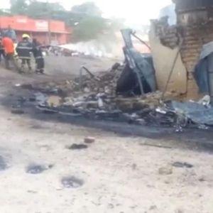 Камион полн со гориво експлодираше на автопат во Уганда, во експлозијата загинаа 19 лица
