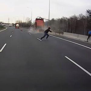 Две секунди ги делеа од сигурна смрт: Во последен момент излегоа од возилото кое го однесе залетан камион