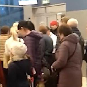 Се соблекол гол на аеродром и застанал да чека ред, патниците шокирани: Маж ја остави облеката на подот и чекаше мртов ладен