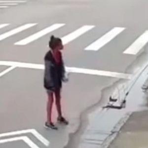 Ужасна снимка од убиство среде бел ден: Бездомничка му побара пари, ладнокрвно ја уби