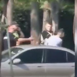 Полицаец удира шамар на момче на Партизанска