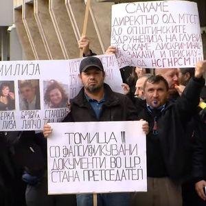 Дел од здружението на протест поради несогласувањата со националниот сојуз на глуви и наглуви
