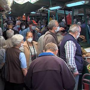 Гужви на пазарите, колони пред маркетите