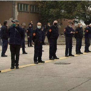 Тензична средба меѓу градоначалникот на Скопје и пожарникарите, протест пред град Скопје