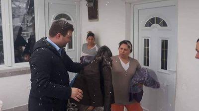 Нови јакни, кабаници за дожд и носачи за бебиња од општина Центар за социјално загрозените семејства