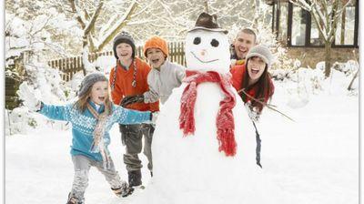Македонија е под бела покривка, а педијатрите се едногласни: Изнесете ги децата надвор и кога е студено и кога има снег