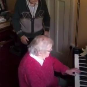Позитивни вести: Сали и Кен во самоизолација со танц и пијано