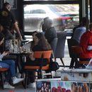 Лабавите мерки ги олабавија и скопјани:  Без дистанца и се повеќе лица без маски