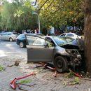 """""""Цитроен"""" се разнел во дрво на """"Рузвелтова"""", двајца тешко повредени"""