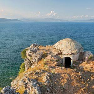 Бункерите на Албанија собрани во книга на британски фотограф