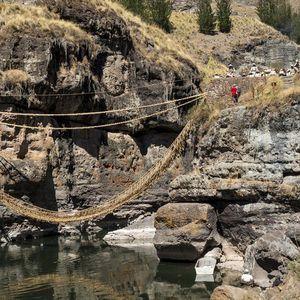 Последниот мост на Инките Секоја година се фрла и одново рачно се прави од трева