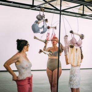"""Бараме признание за нашата грациозност – уметници од Лондон со перформанс ја отворија изложбата """"Родови перцепции"""""""